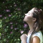 Mujer respirando y relajada en la naturaleza, psicología, meditación, mindfulness, psicóloga clínica, quito, cumbayá, skype, ayuda