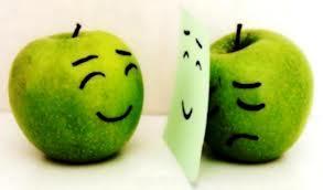 En esta foto se ven dos manzanas verdes, la una sonreída viéndose al espejo, la otra detrás del espejo triste, el contraste y ser alguien que no esté triste. Busquemos coherencia, ayuda terapéutica, psicóloga ecuador, psicóloga quito, terapia psicológica, ayuda